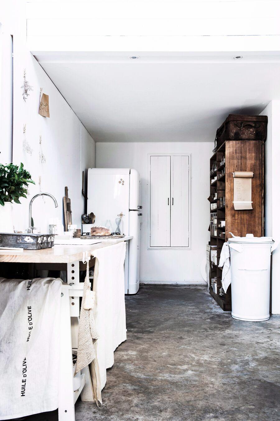 Cocina blanca con un estilo entre el rustico y el industrial