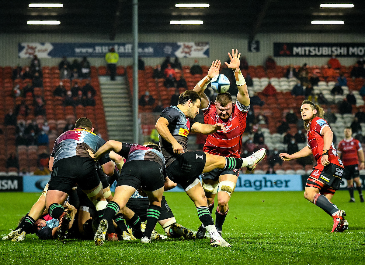 Alex Craig of Gloucester Rugby attempts to charge down the box kick of Danny Care of Harlequins