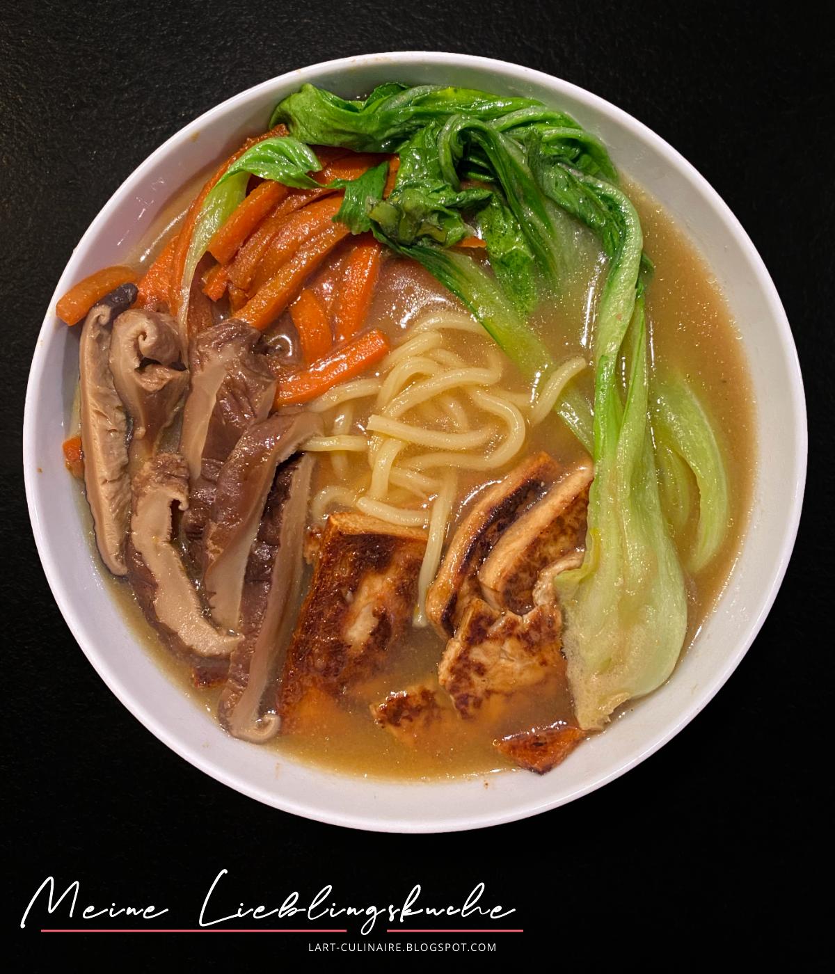 vegane Ramen-Suppe mit Pilzen, Karotten, Tofu und Pak Choi