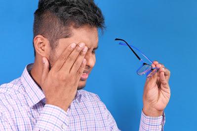 Persona con infección en el ojo