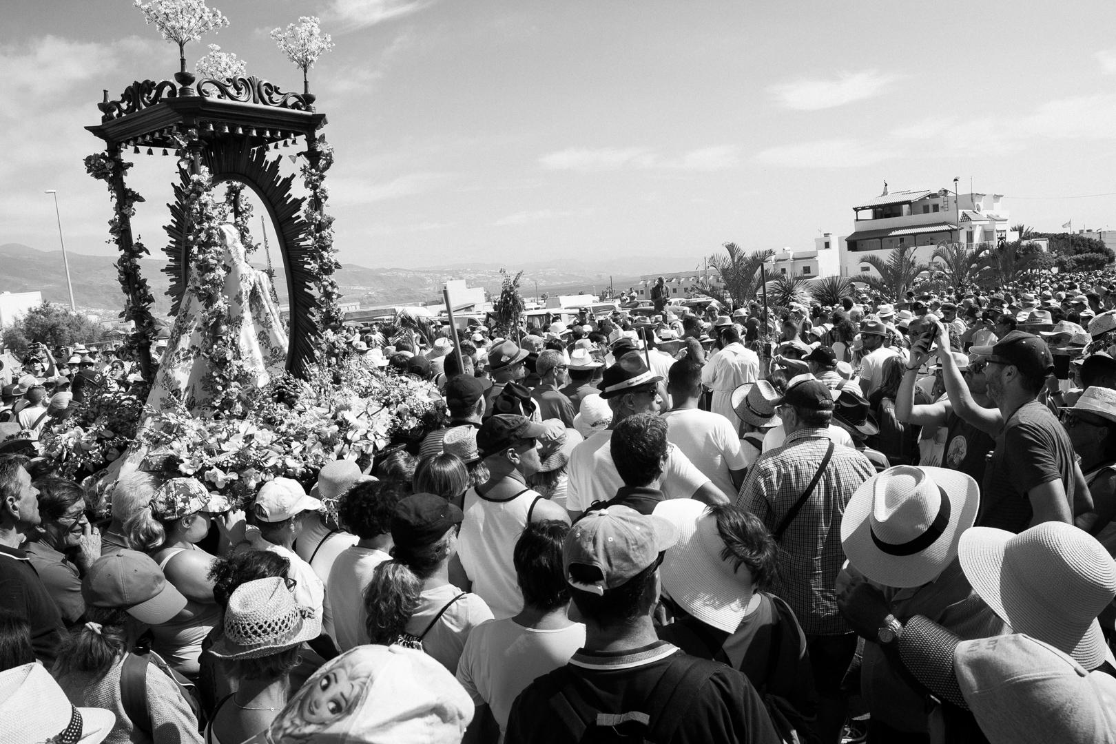 Romeria, Guimar - Socorro; Masses carrying La Virgen