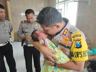 Kapolres Lumajang Cium Bayi yang Dibuang Ortunya