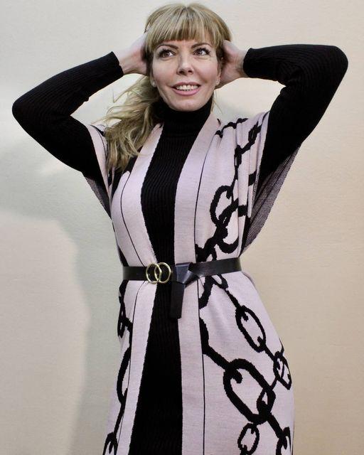 Midi μαύρο φόρεμα ζιβάγκο & μακριά αμάνικη ζακέτα σε ροζ-μαύρο & μαύρο-γκρι.