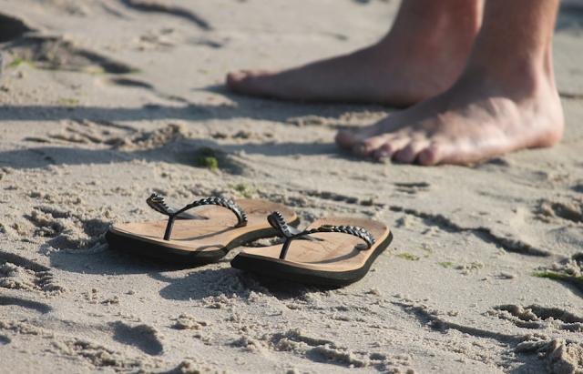 sandal, sandal jepit, sandal ibu hamil, sandal wanita, sandal untuk ibu hamil, pantai, pasir pantai