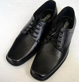 Gambar sepatu kulit bertali