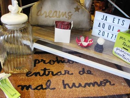 Felpudo, pizarra luminosa letras, frasco cristal tapa cerámica gallo