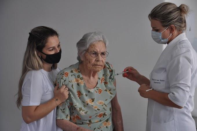 Dona Doca, de 102 anos, é a primeira moradora do Lar de Idosos Major Alencastro da Fontoura a ser vacinada
