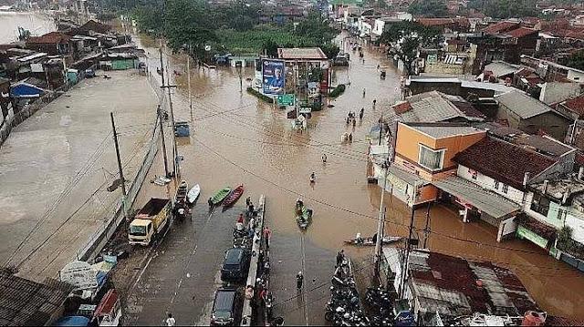 Hujan deras guyur Bandung sebabkan banjir dan pohon tumbang