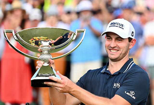 Cantlay sorri e ergue o troféu da FedEx Cup