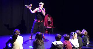 Actuación de un papá mago en el teatro frente a niños