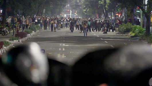Polisi Ingatkan Waktu Sahur, Demonstran Jawab dengan Molotov