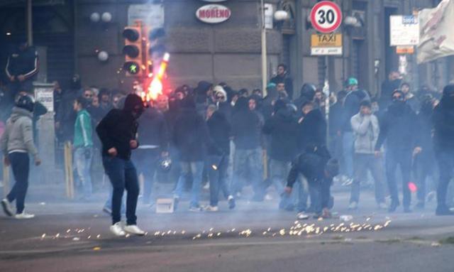 Comizio di Salvini a Napoli, caos nella città, scontri violenti tra attivisti e agenti: 3 arrestati