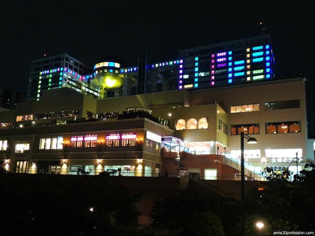 Fuji TV Headquarters Building Iluminado, Tokio