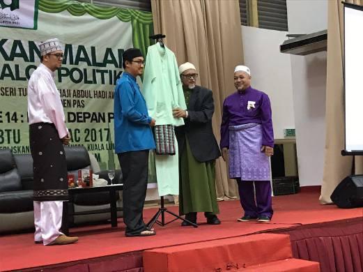 Baju Melayu Datuk Haron Din Dilelong