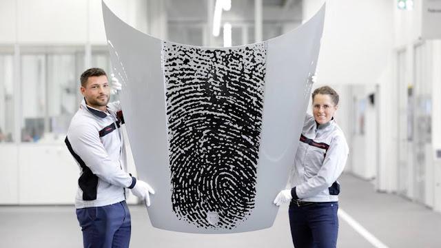 自分の「指紋」をポルシェのボンネットにデザイン出来る謎の公式サービスが登場。