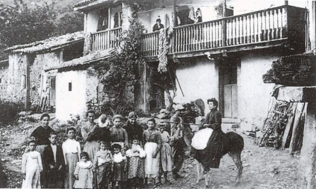 Mujeres en una quintana asturiana (Fototeca del Museo del Pueblo de Asturias)