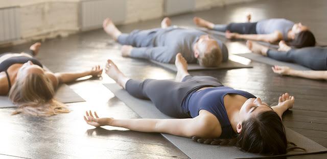 SAVASANA, también llamada la postura del cadáver o la postura de relax es una de las asanas o posturas de yoga más importantes. 🙏