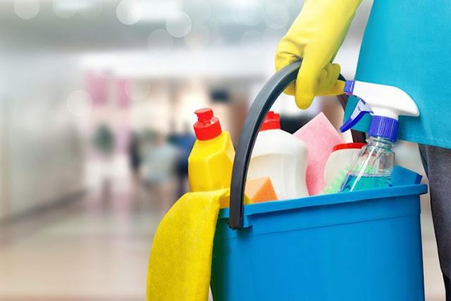 Γυναίκα αναζητά εργασία ως καθαρίστρια