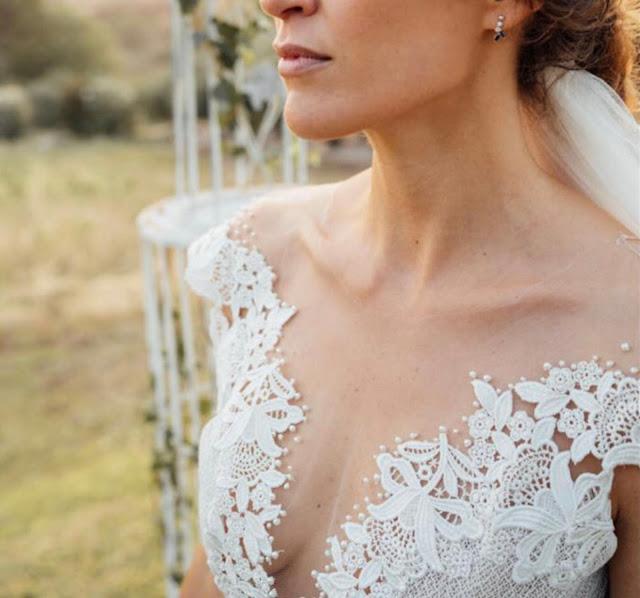 Les épaules bien dégagées et un décolleté profond avec des transparences parfaitement maîtrisées pour une belle robe de mariée.