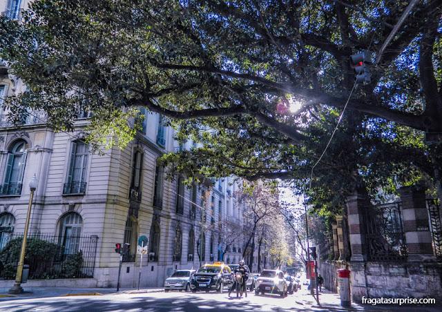 Cruzamento na Avenida Alvear, no bairro da Recoleta, Buenos Aires