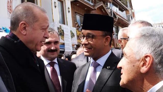 Saat Anies Berbincang dan Shalat Jumat Bersama Erdogan, Warganet: Gubernur Indonesia