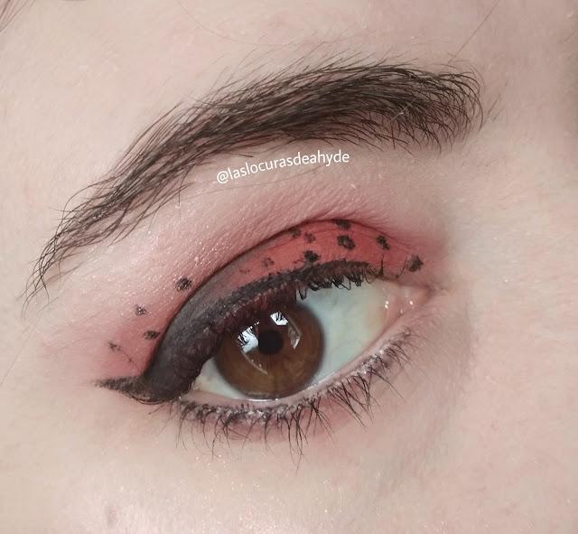 maquillaje de mariquita. sombra roja con puntitos en negro y eyeline en negro. zoom de ojo