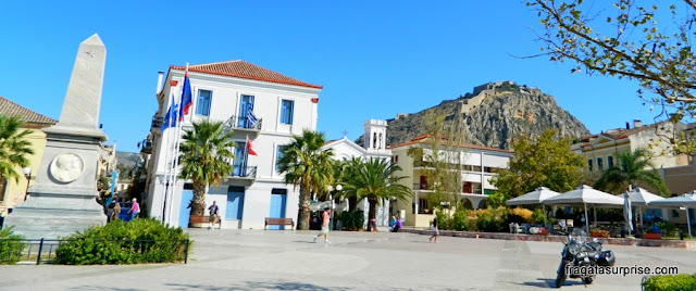 Praça da cidade de Nafplio, Grécia, com vista para a Fortaleza de Palamidi