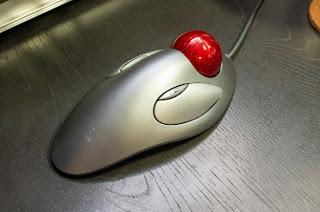 TRACKMAN MARBLE は左右対称デザインで利き手を選ばない