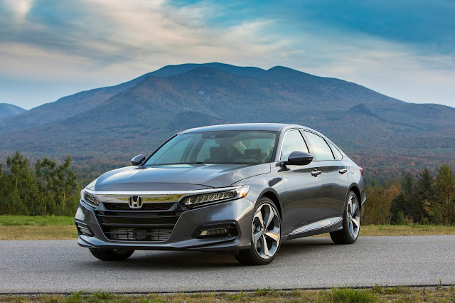 Front 3/4 view of 2018 Honda Accord 2.0T Touring
