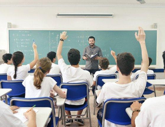 Professores e donos de escolas devem 'suspender' aulas presenciais do dia 26 ao dia 4 de abril