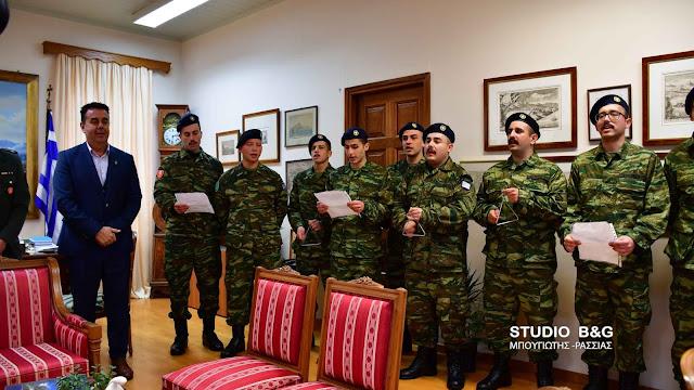Πρωτοχρονιάτικα κάλαντα από στρατεύσιμους του ΚΕΜΧ στον Δήμαρχο Ναυπλίου (βίντεο)