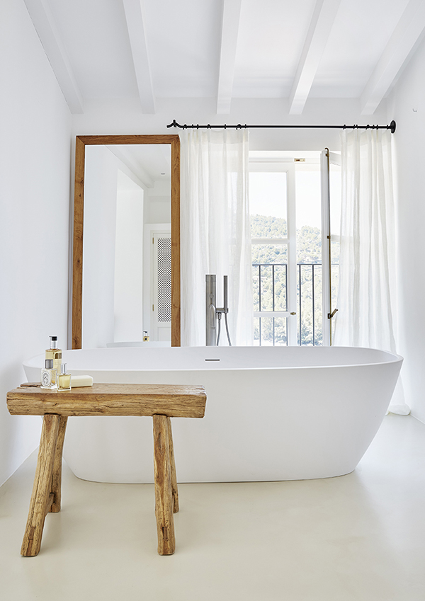 estupendo cuarto de baño blanco con bañera y muebles de madera