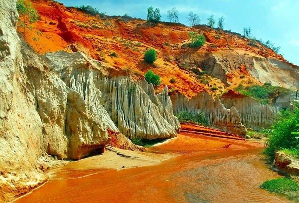 Suối Hồng - Đồi Cát: điểm tham quan thú vị với vẻ đẹp hoang sơ