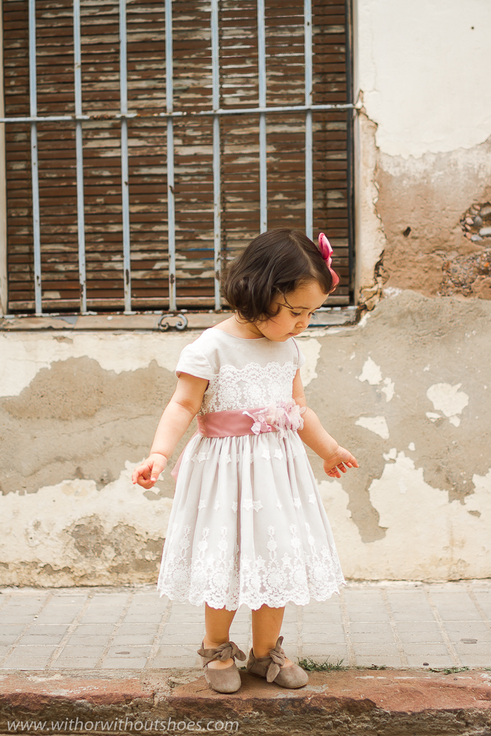 Look de niña: Vestido de Ceremonia de lino y tul bordado con cinturon con flores Rigans hecho a mano en España