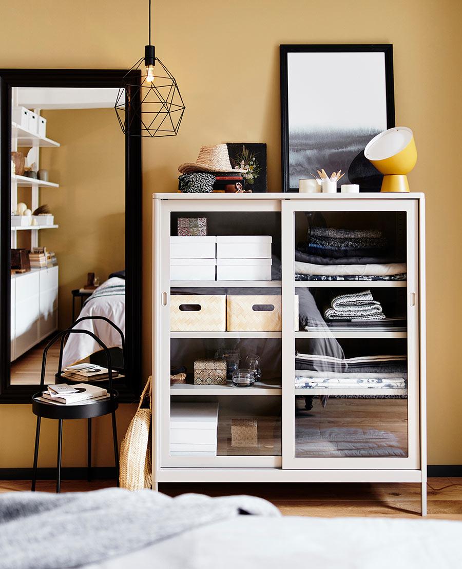 catalogo ikea 2020 novedad dormitorio ocre armario blanco con puertas de vidrio , cajas de almacenaje y espejo