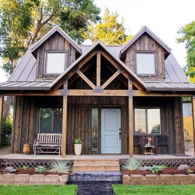 11-Front-on-View-Trish-The-Potter-s-Retreat-Architecture-in-a-Tiny-House-www-designstack-co