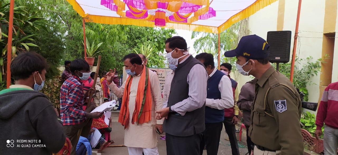 कलेक्टर रोहित सिंह द्वारा रंगपुरा में आयोजित विकास खण्ड स्तरीय परीक्षण शिविर का जायजा लिया