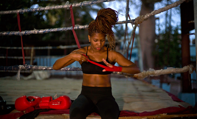 la boxeadora Idamerys Moreno se venda una mano antes de un entrenamiento en un centro deportivo de La Habana