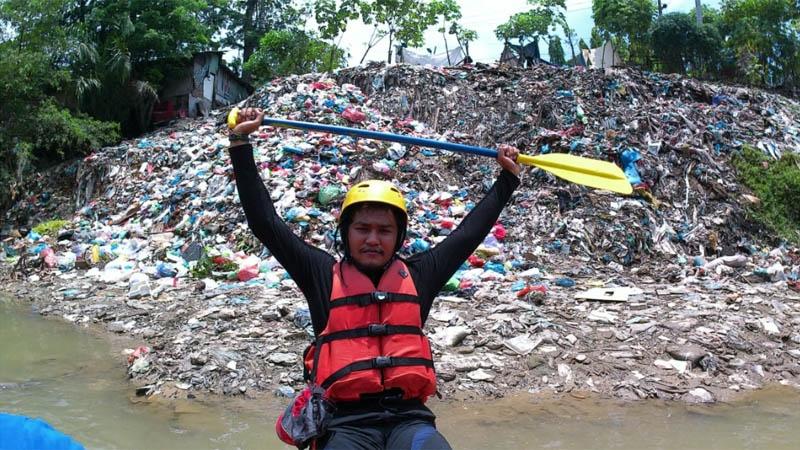 Gunung sampah di sungai deli