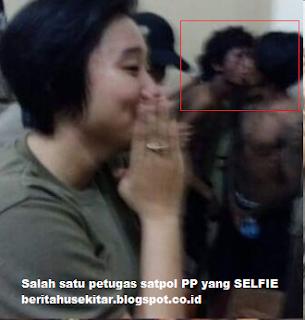 Petugas satpol PP makassar selfie di depan begal yang di hukum ciuman