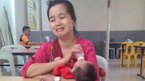 Ibu yang Sedang Mengendong Anak ini Menagis di Bandara Karena Ketinggalan Pesawat, Ternyata ada Kisah Sedih yang Dialaminya