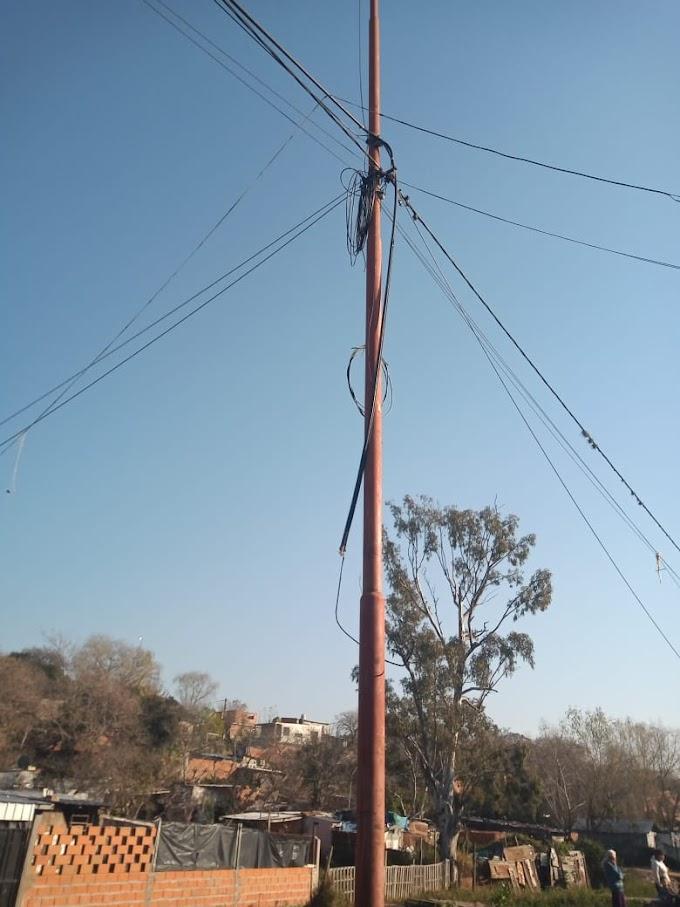 Con hacha y escaleras querían robar cables de alumbrado publico y dejar sin luz a barrio La Ribera