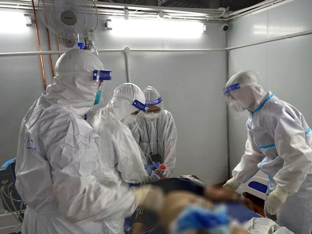 Điều trị cho bệnh nhân Covid-19 nặng tại Trung tâm Hồi sức tích cực Covid-19 Bệnh viện Bạch Mai.