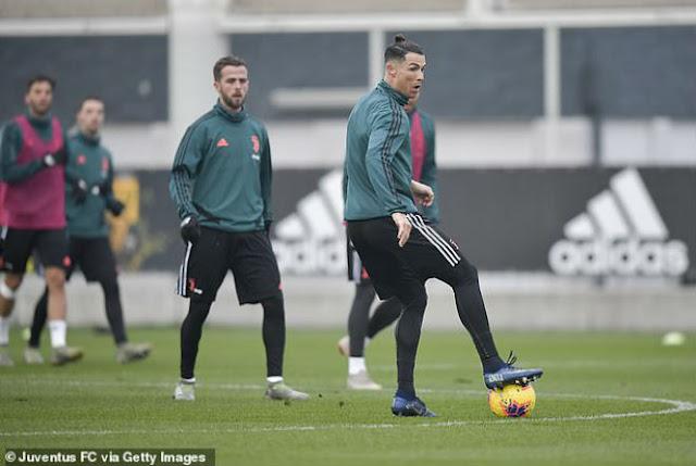 Ronaldo khoe tóc mới ăn mừng giải cá nhân: Fan chê không hợp tuổi 2