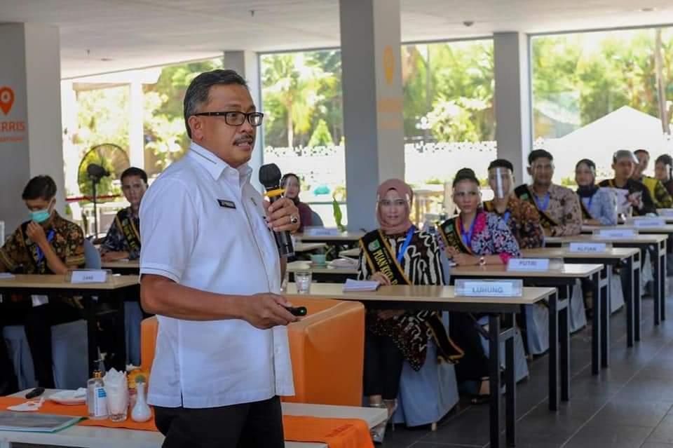 Jefridin Memuji Harris Resort Waterfront Yang Memajang Tanjak dan Tepak Sirih