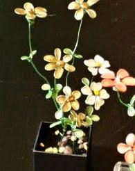 http://www.ideandoamano.com/como-hacer-flores-de-alambre/