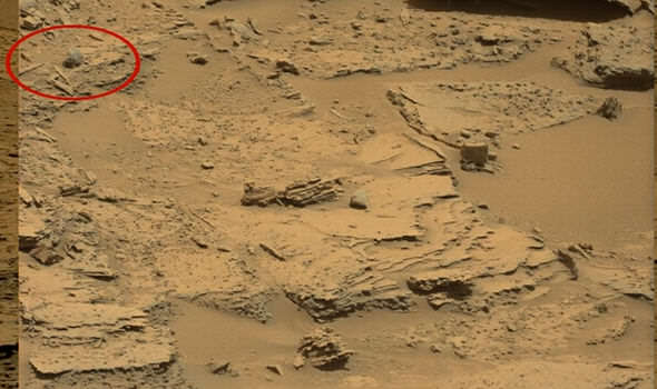 alien-skull-on-the-surface-of-mars