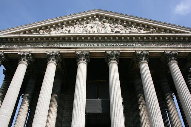 """Façade de l'église Sainte Marie Madeleine dite """"la Madeleine"""" pour les parisiens"""
