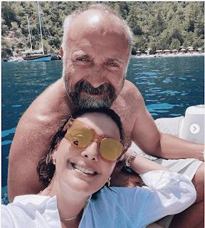 الزوجان التركيان خالد أرغنش و برجوزار كوريل في رحلة استجمام رومانسية بحرية