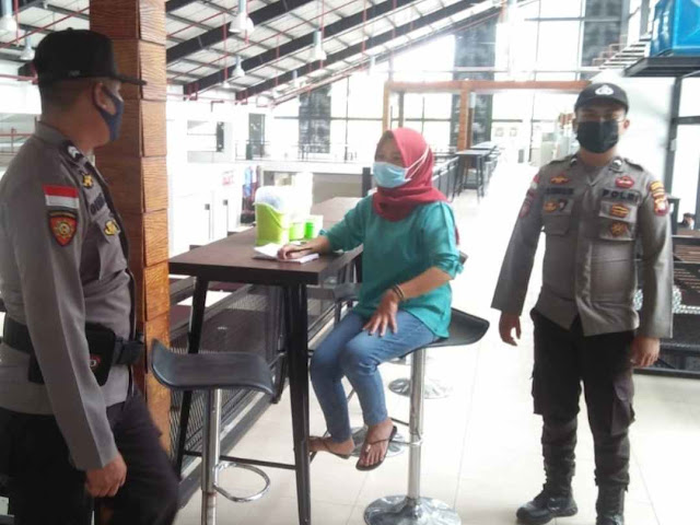 Lewat Giat Patroli, Polsek Entikong Sosialisasikan PPKM Mikro ke Warga